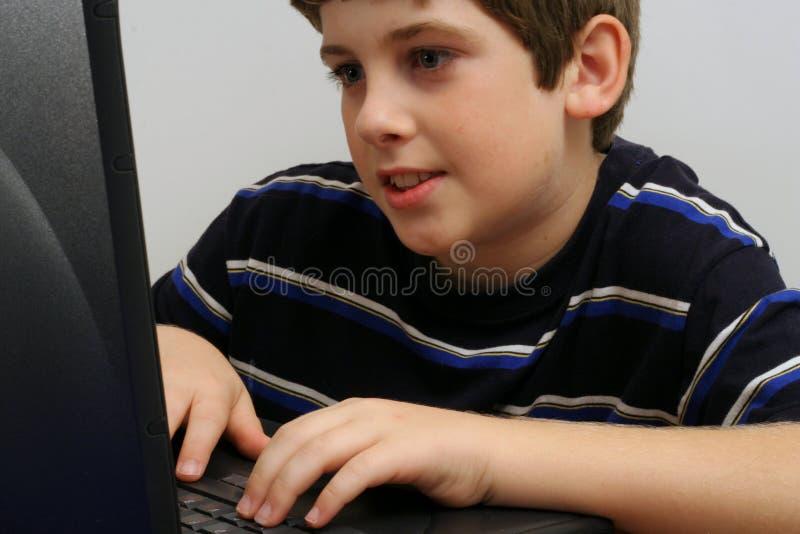 Jeune garçon contrôlant l'email photo libre de droits