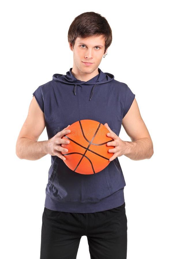 Jeune garçon d'école retenant un basket-ball image stock