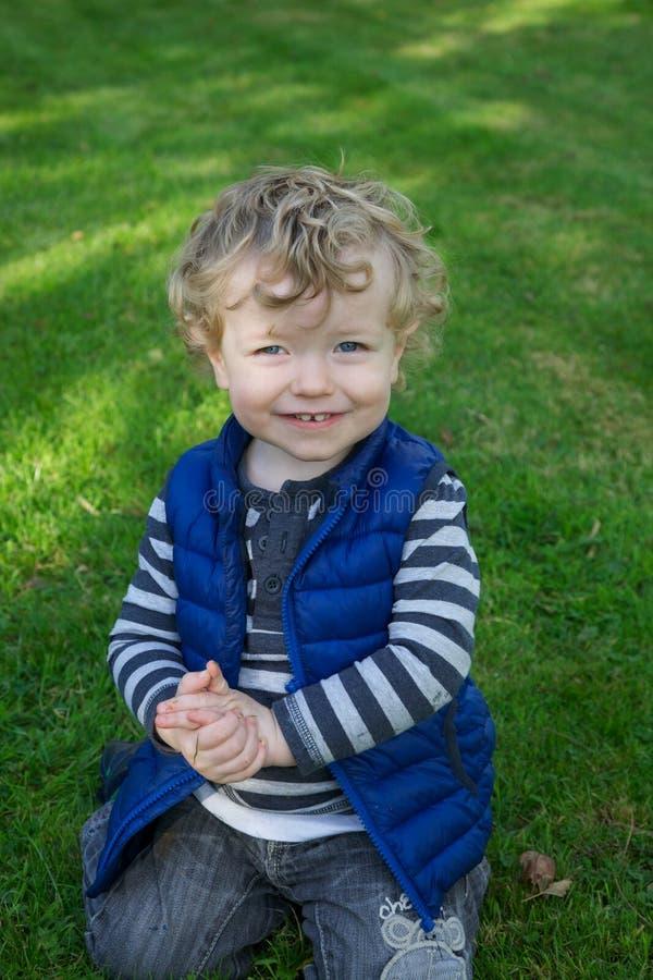 Jeune garçon dans la cour photo libre de droits