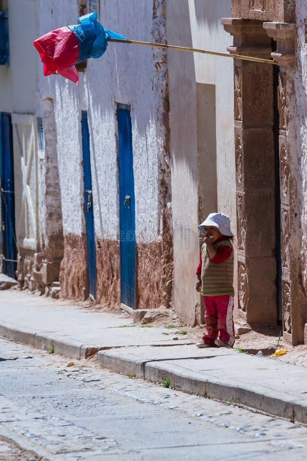 Jeune garçon dans Maras Pérou photos libres de droits
