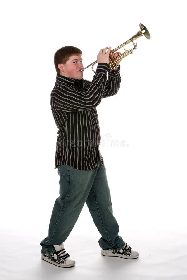 Jeune garçon de l'adolescence jouant la trompette images stock