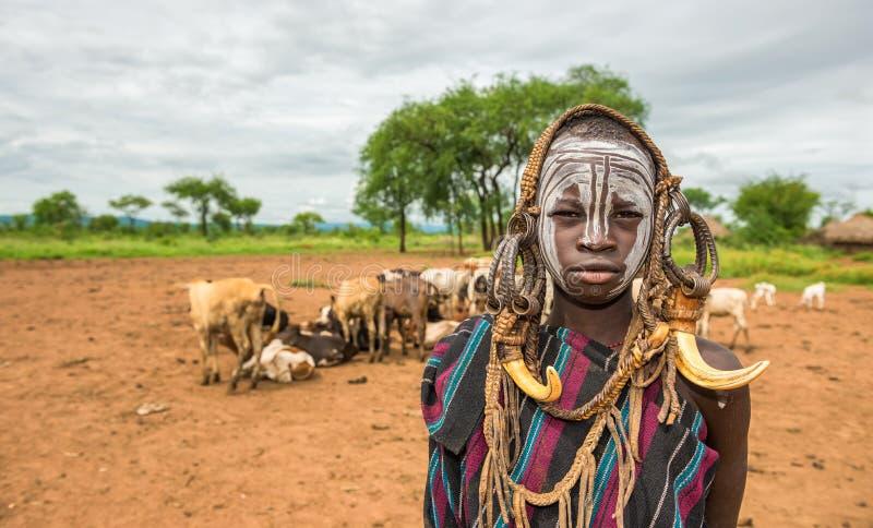 Jeune garçon de la tribu africaine Mursi, Ethiopie photos libres de droits