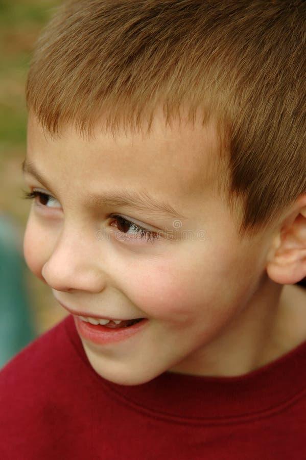 Jeune garçon de sourire photographie stock libre de droits