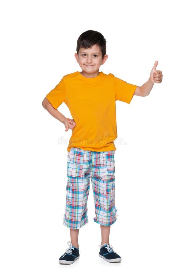 Jeune garçon de sourire avec son pouce  photographie stock libre de droits