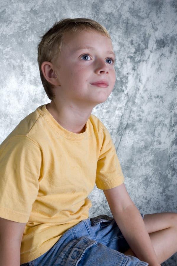 Jeune garçon devant le Ba de photo photographie stock libre de droits
