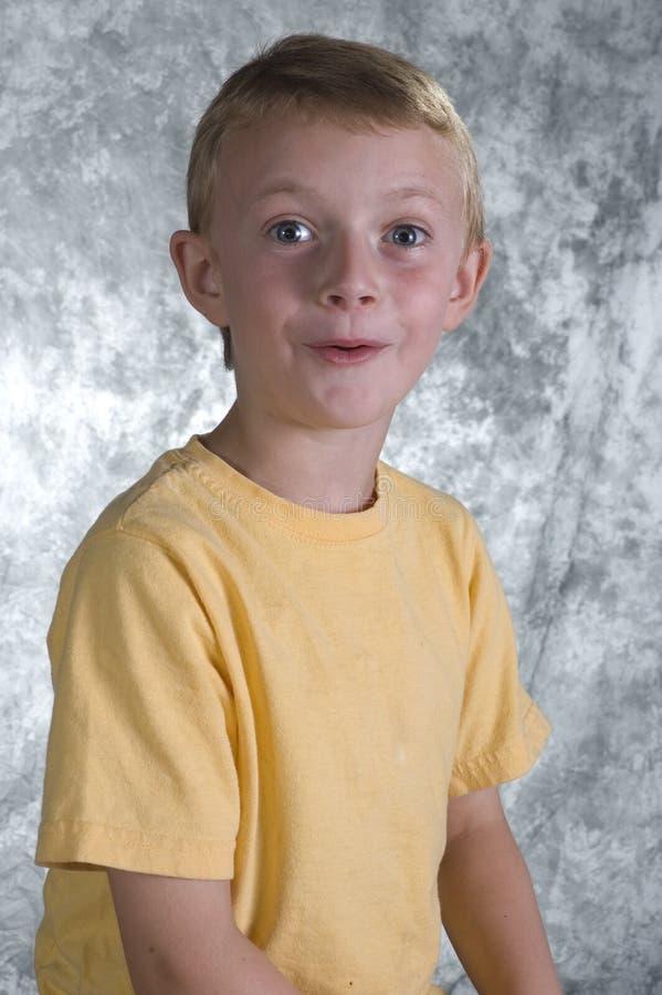 Jeune garçon devant le Ba de photo photos libres de droits