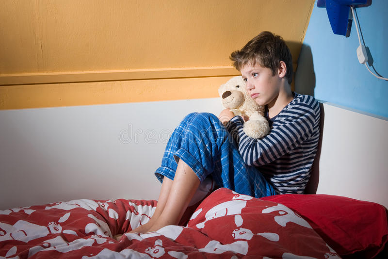Jeune garçon effrayé et déprimé photo stock