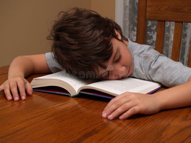 Jeune garçon en sommeil tout en s'affichant photo libre de droits