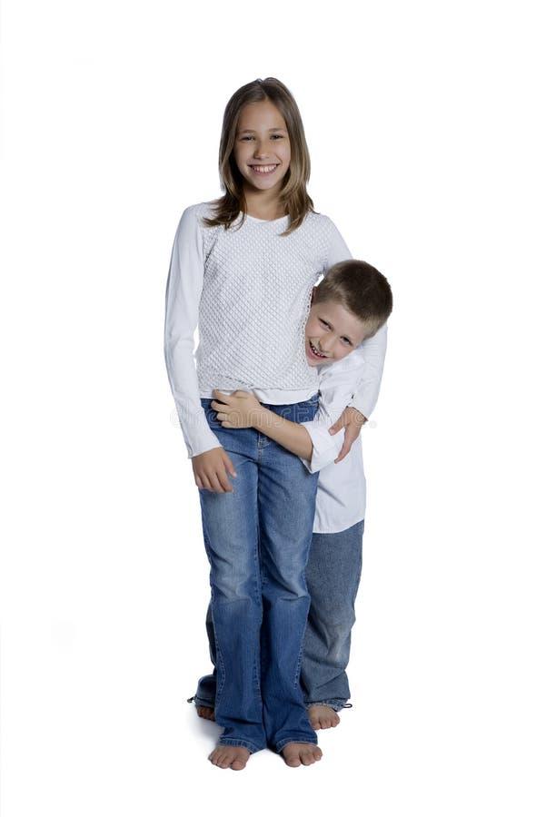 Jeune garçon et fille embrassés, projectile de studio photos libres de droits