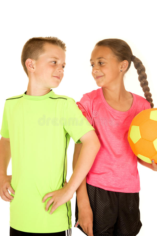 Jeune garçon et fille tenant un ballon de football avec une attitude images libres de droits