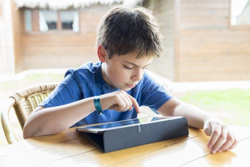 Jeune garçon et un comprimé numérique images stock