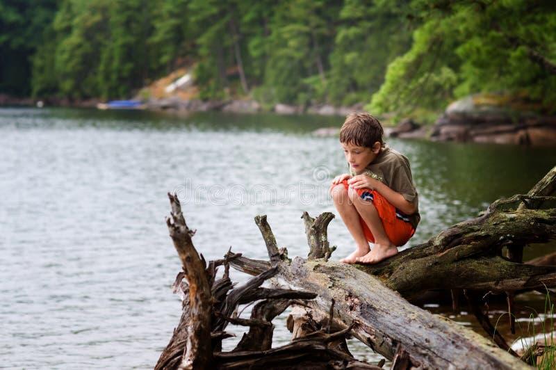 Jeune garçon explorant à l'extérieur image libre de droits