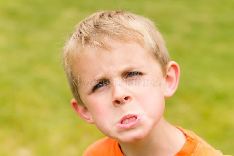 Jeune garçon fâché images stock