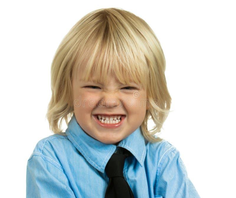 Jeune garçon fâché sur le blanc. photo stock
