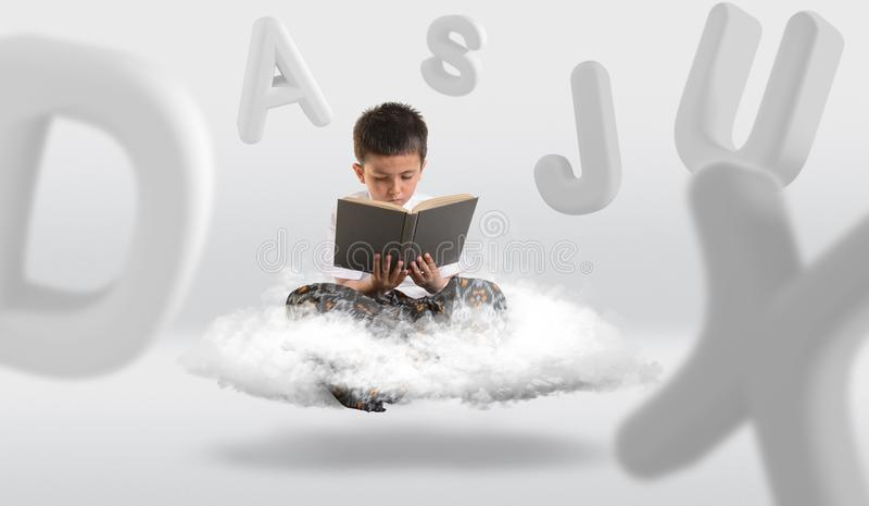 Jeune garçon faisant de la lévitation sur le nuage tout en lisant un livre illustration de vecteur