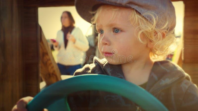 Jeune garçon feignant pour piloter images libres de droits
