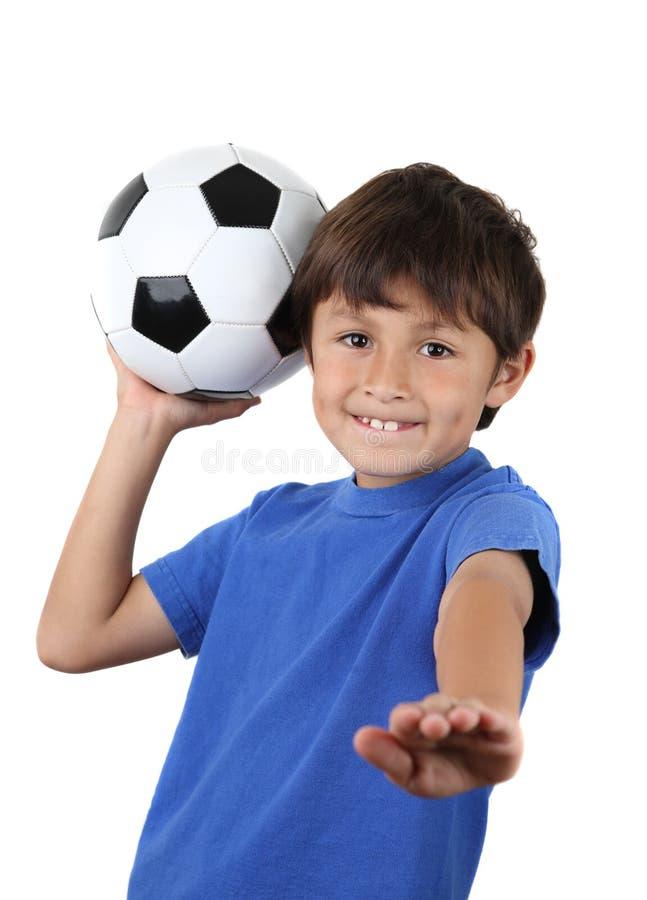 Jeune garçon heureux avec la bille de football images stock