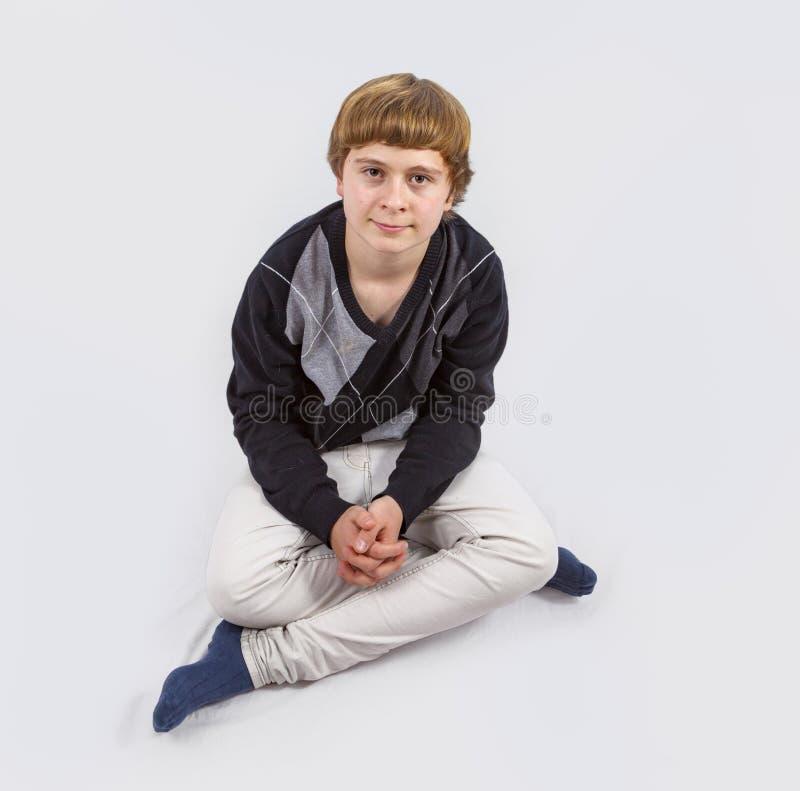 Jeune garçon heureux posant dans le studio photographie stock libre de droits