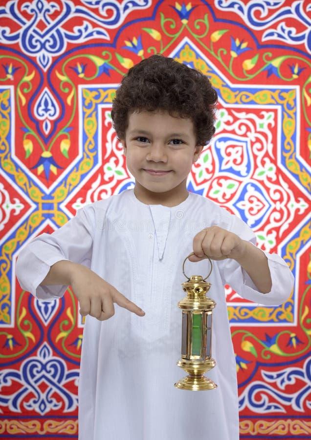 Jeune garçon heureux se dirigeant chez Ramadan Lantern photo libre de droits