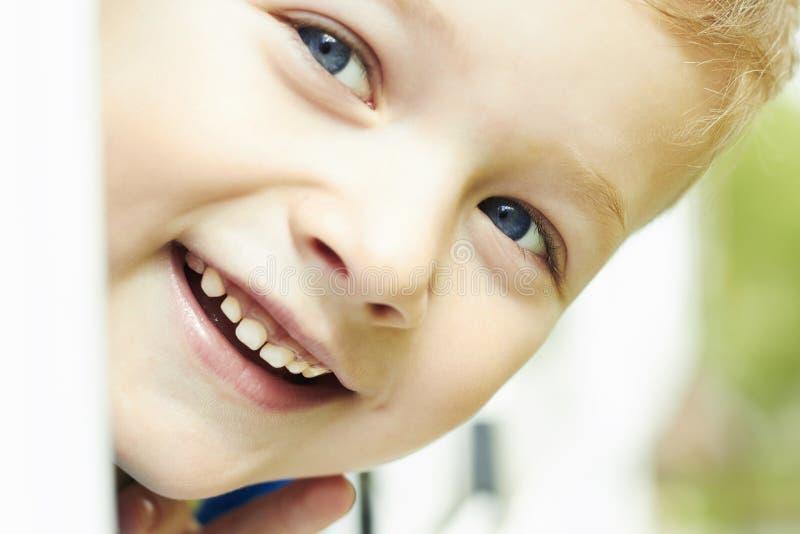 Jeune garçon heureux Visage extérieur d'enfant de sourire images libres de droits