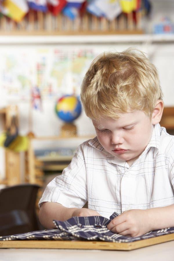 Jeune garçon jouant à Montessori/à école maternelle image libre de droits
