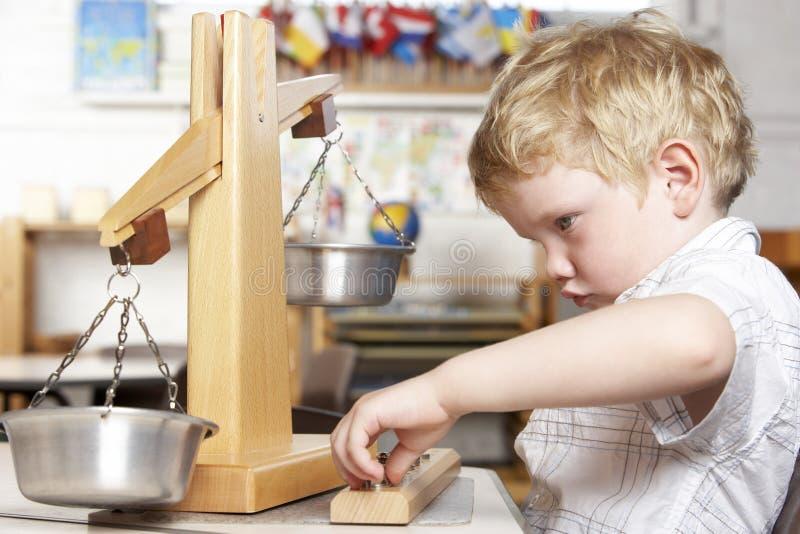 Jeune garçon jouant à Montessori/à école maternelle photos libres de droits