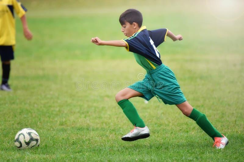 Jeune garçon jouant au football photo libre de droits