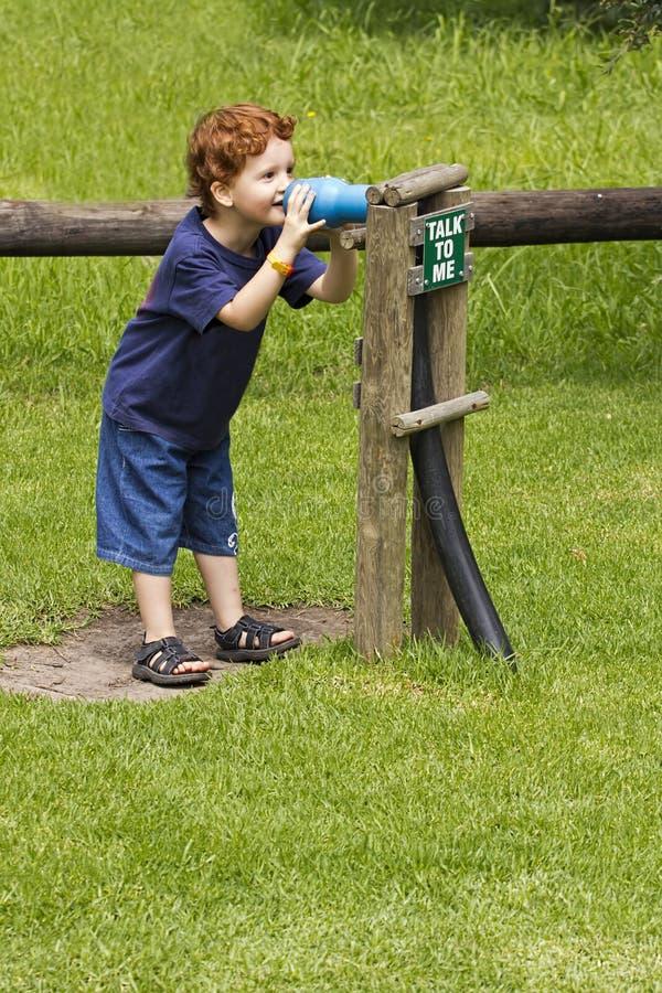 Jeune garçon jouant dehors photos libres de droits