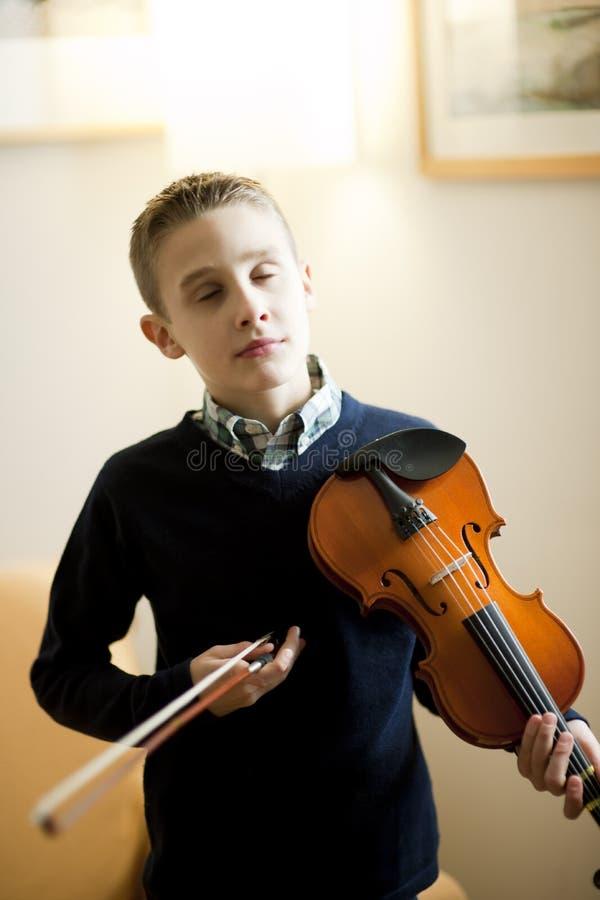Jeune garçon jouant le violon photos libres de droits