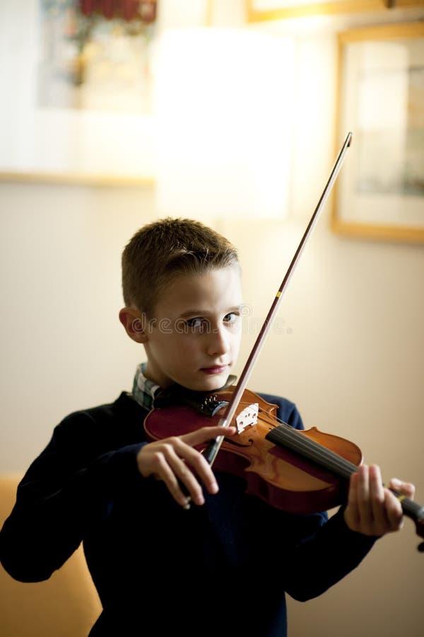 Jeune garçon jouant le violon images stock