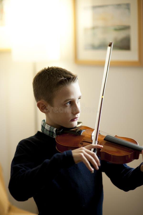 Jeune garçon jouant le violon image stock
