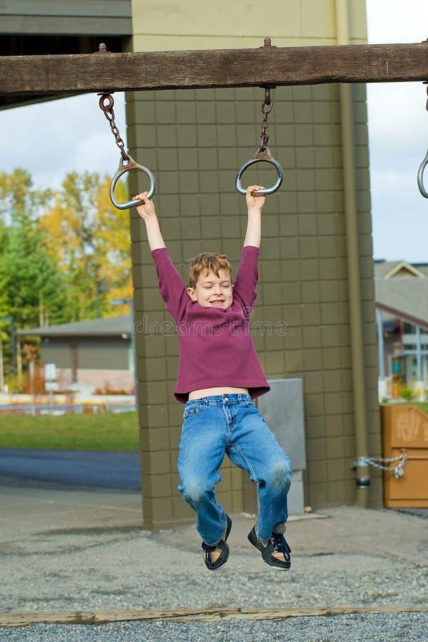 Jeune garçon jouant pendant l'encastrement images libres de droits