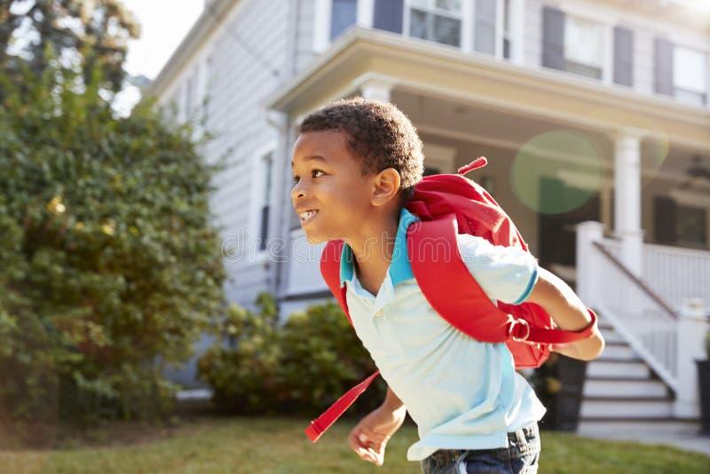 Jeune garçon quittant la Chambre à la promenade à l'école photo libre de droits