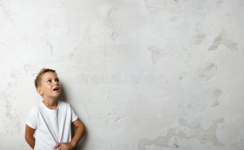 Jeune garçon regardant dans la surprise vers le haut sur images libres de droits