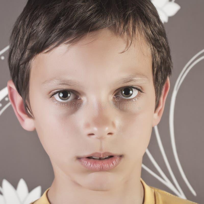 Jeune garçon regardant l'appareil-photo image libre de droits
