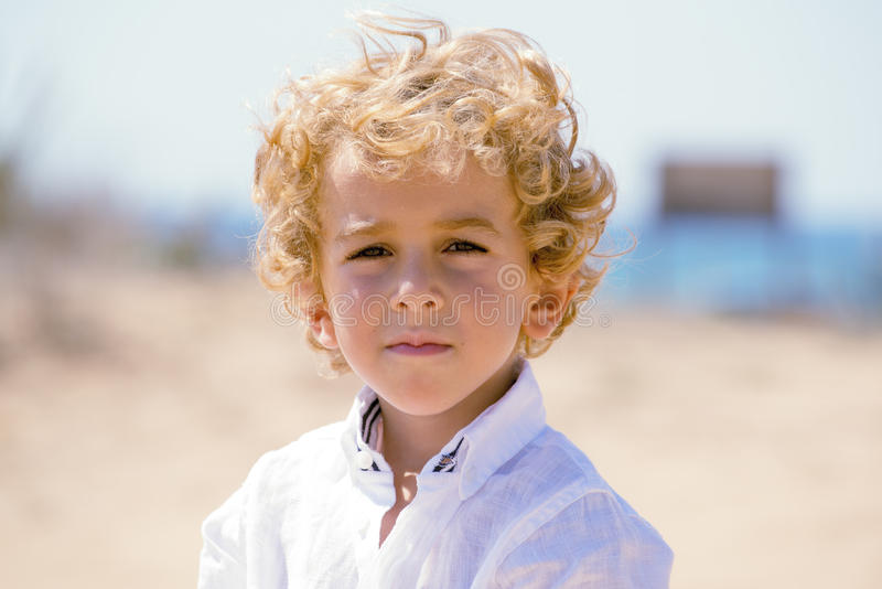 Jeune garçon sérieux au bord de la mer images stock