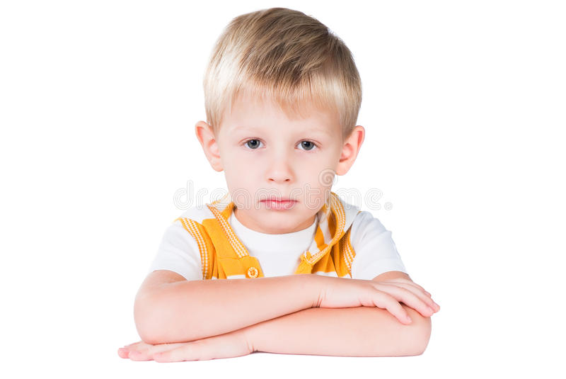 Jeune garçon soigné s'asseyant à la table d'isolement images libres de droits