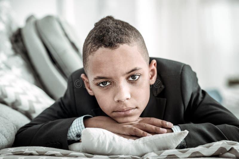 Jeune garçon triste déprimé vous regardant photo stock
