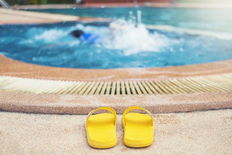 Jeune gar?on se noyant dans la piscine images libres de droits