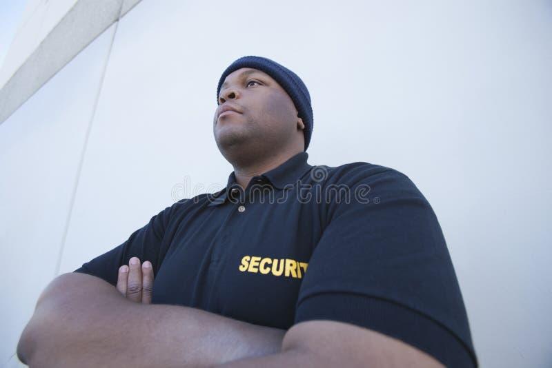 Jeune garde de sécurité By Wall photographie stock