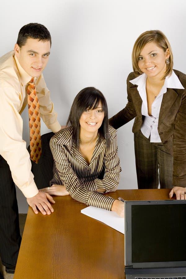Jeune gens d'affaires au bureau images stock
