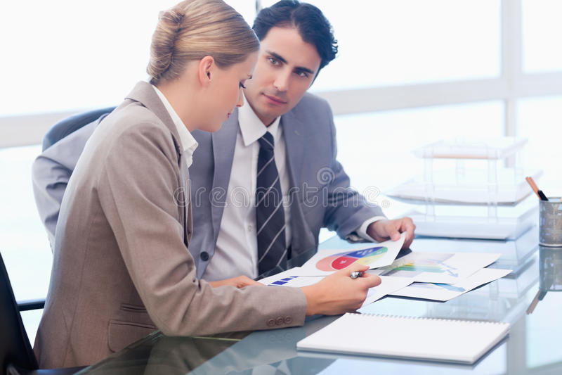 Jeune gens d'affaires regardant des statistiques photographie stock