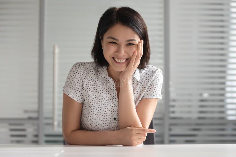 Jeune gestionnaire des ressources humaines de sexe féminin en bonne santé, entrevue d'emploi à distance photo libre de droits