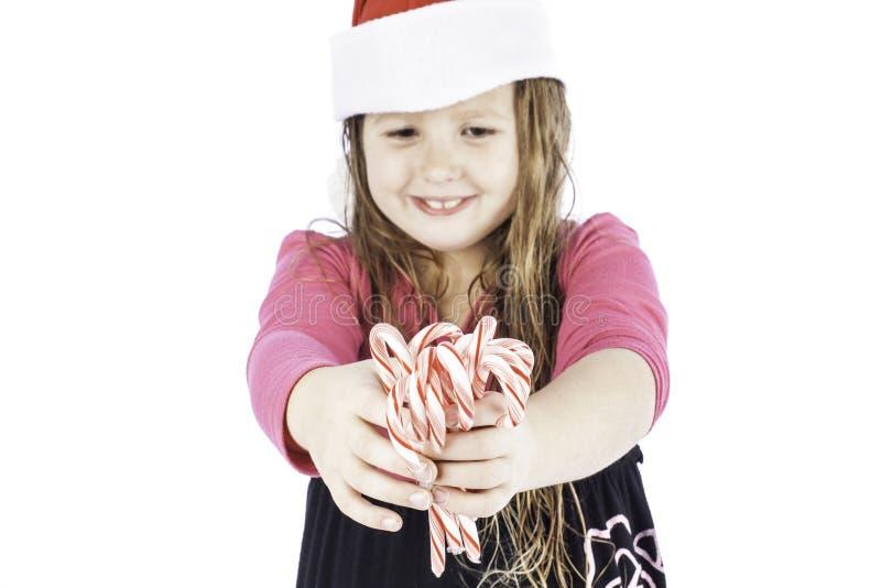 Jeune girlg retenant des cannes de sucrerie photo stock