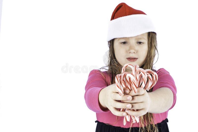 Jeune girlg retenant des cannes de sucrerie photos libres de droits