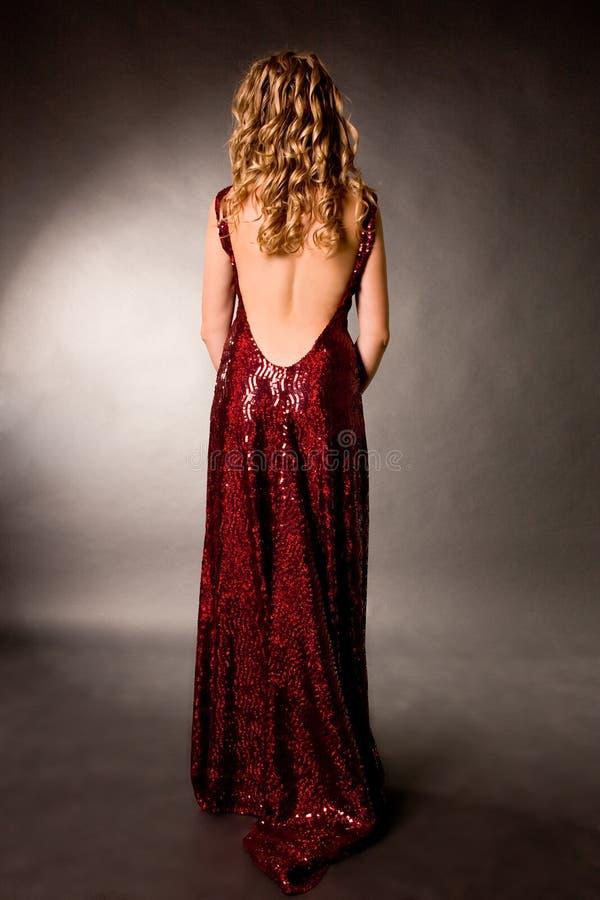 Jeune glissade d'une fille une blonde dans une robe de soirée photographie stock libre de droits