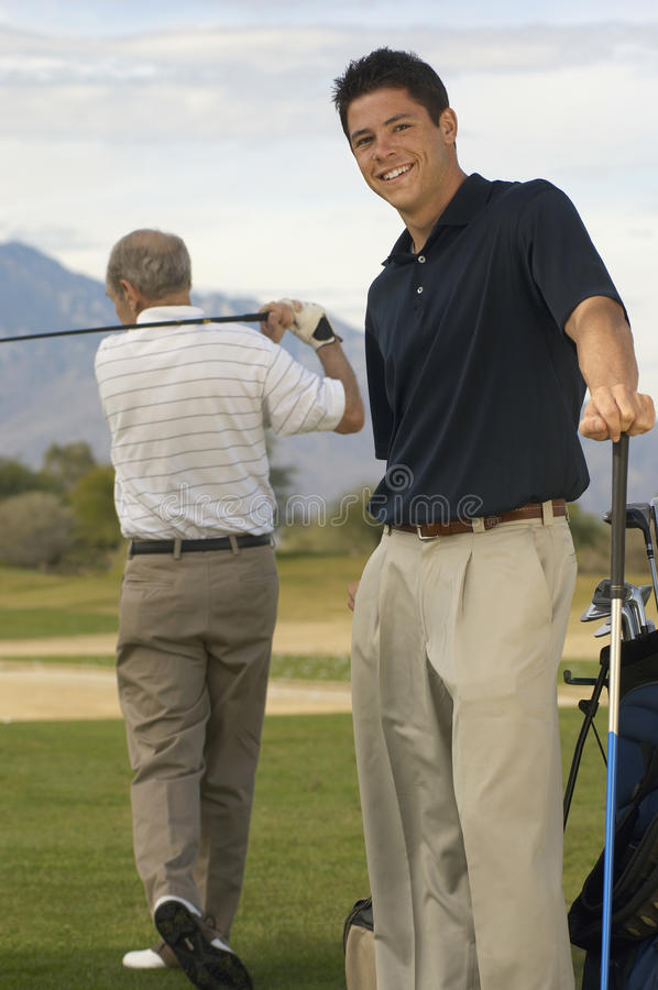 Jeune golfeur masculin heureux photos libres de droits