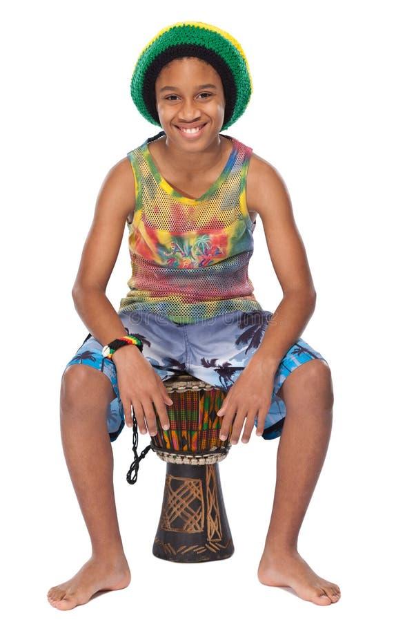 Jeune gosse afro-américain avec sa Conga photographie stock