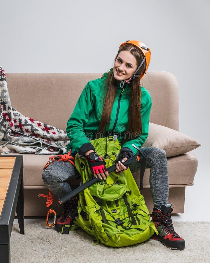 jeune grimpeur avec la hache de sac à dos et de glace photographie stock