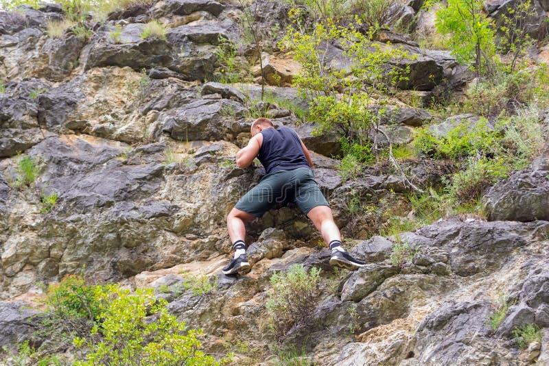Jeune grimpeur de garçon images stock